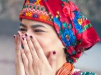Український фотограф створив серію світлин іноземців у вишиванках.