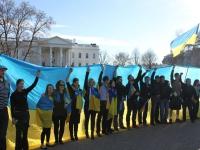 У світі вшанували пам'ять Героїв Майдану – люди лежали, стояли на колінах